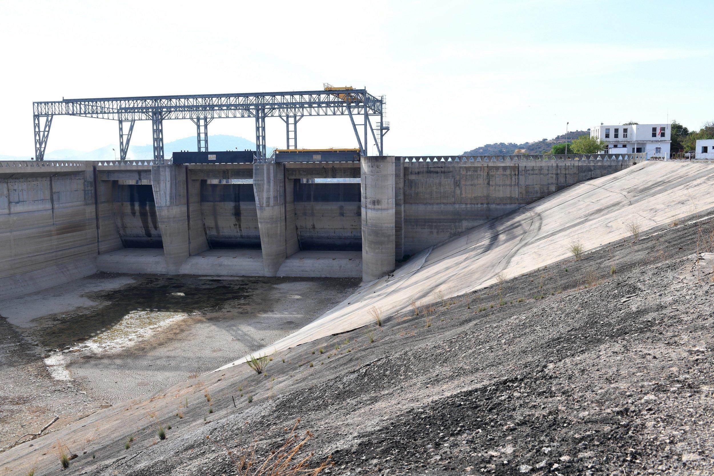 Ausgetrocknete Sperre am Überlauf des Staudamms von Sidi Salem