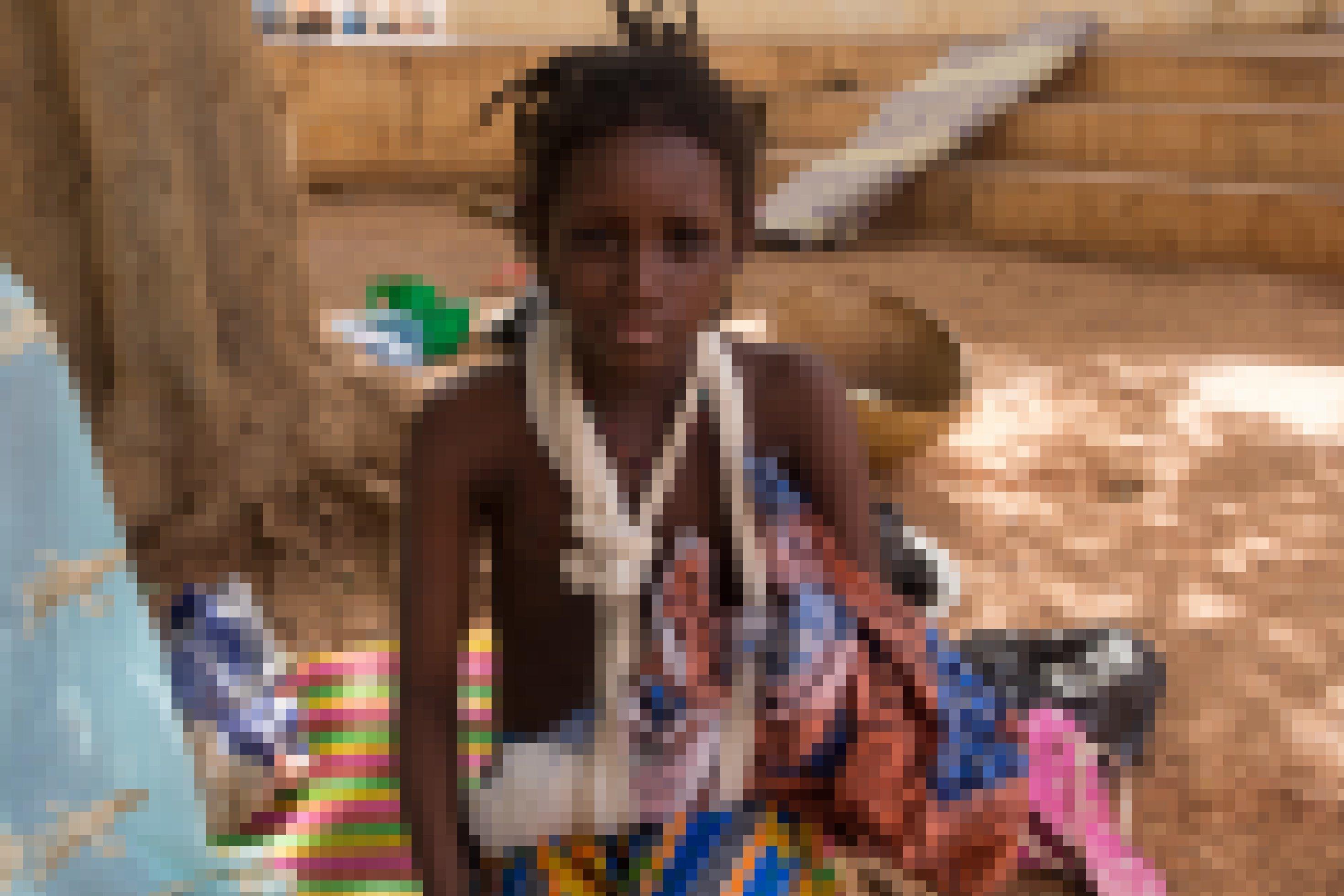 Man sieht ein Mädchen, die 12-jährige Fatima ist 12Jahre alt. Ihr Arm ist bandagiert und in einer Schlaufe. Sie hat ein Massaker an Falbe-Bewohnern des Dorfes Ogossagou im Zentrum von Mali überlebt.