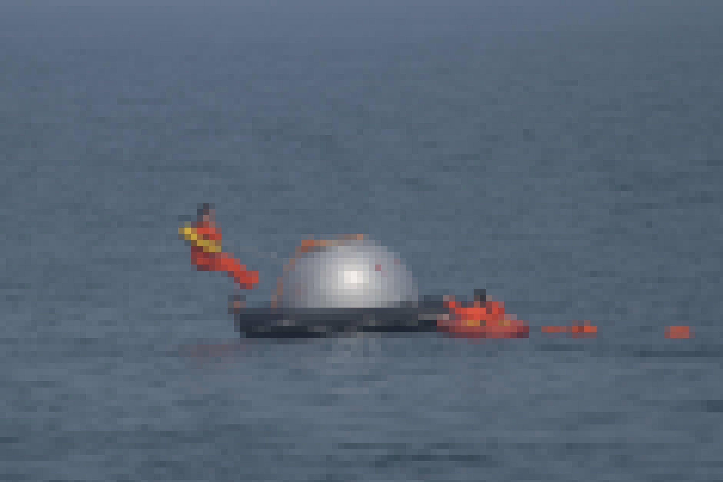Mitten im Meer schwimmt eine Shenzhou-Kapsel: In der Ferne springt Matthias Maurer rückwärts ins Wasser