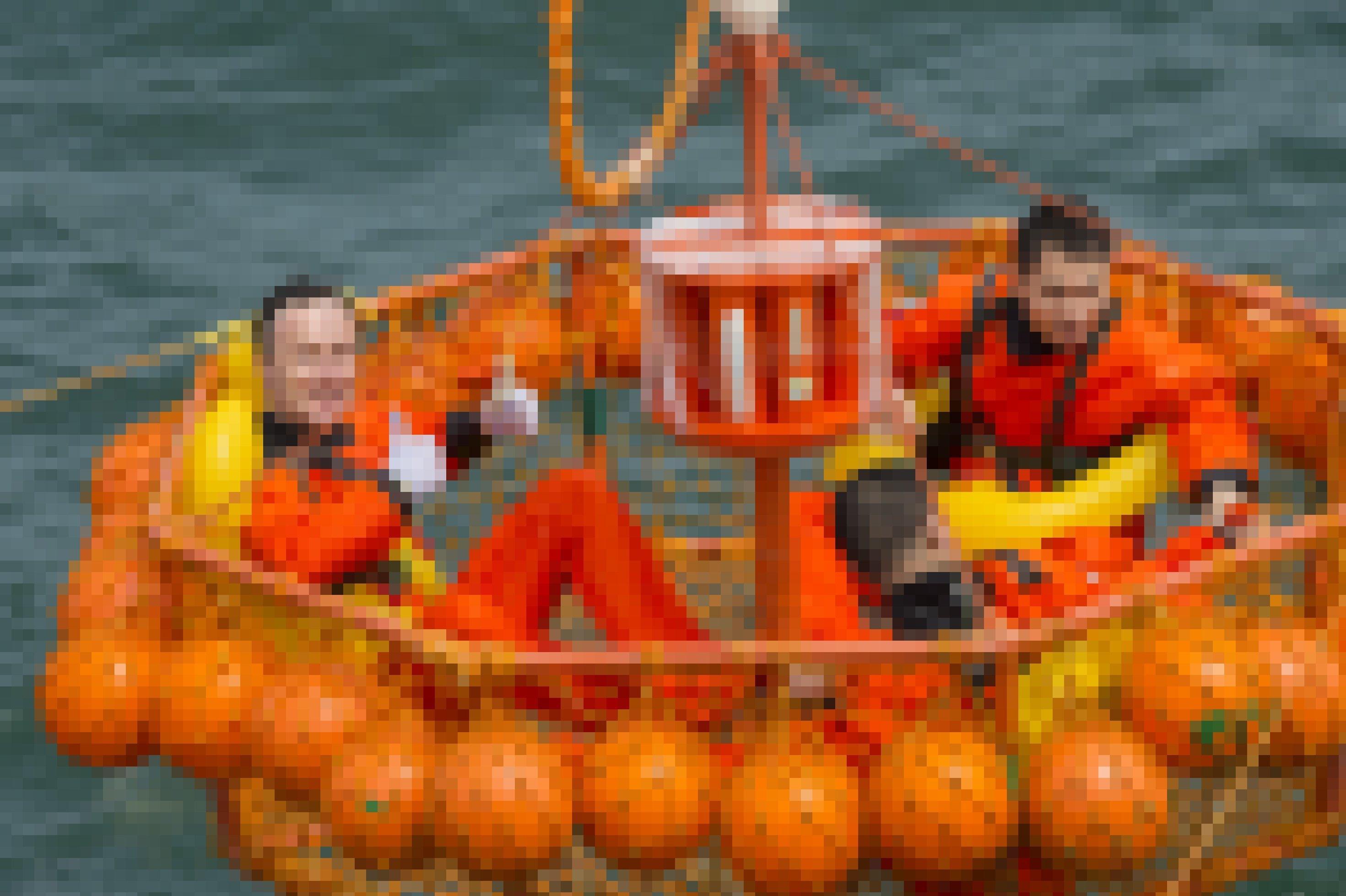Drei Raumfahrer sitzen in einem Schlauchboot, Matthias Maurer winkt