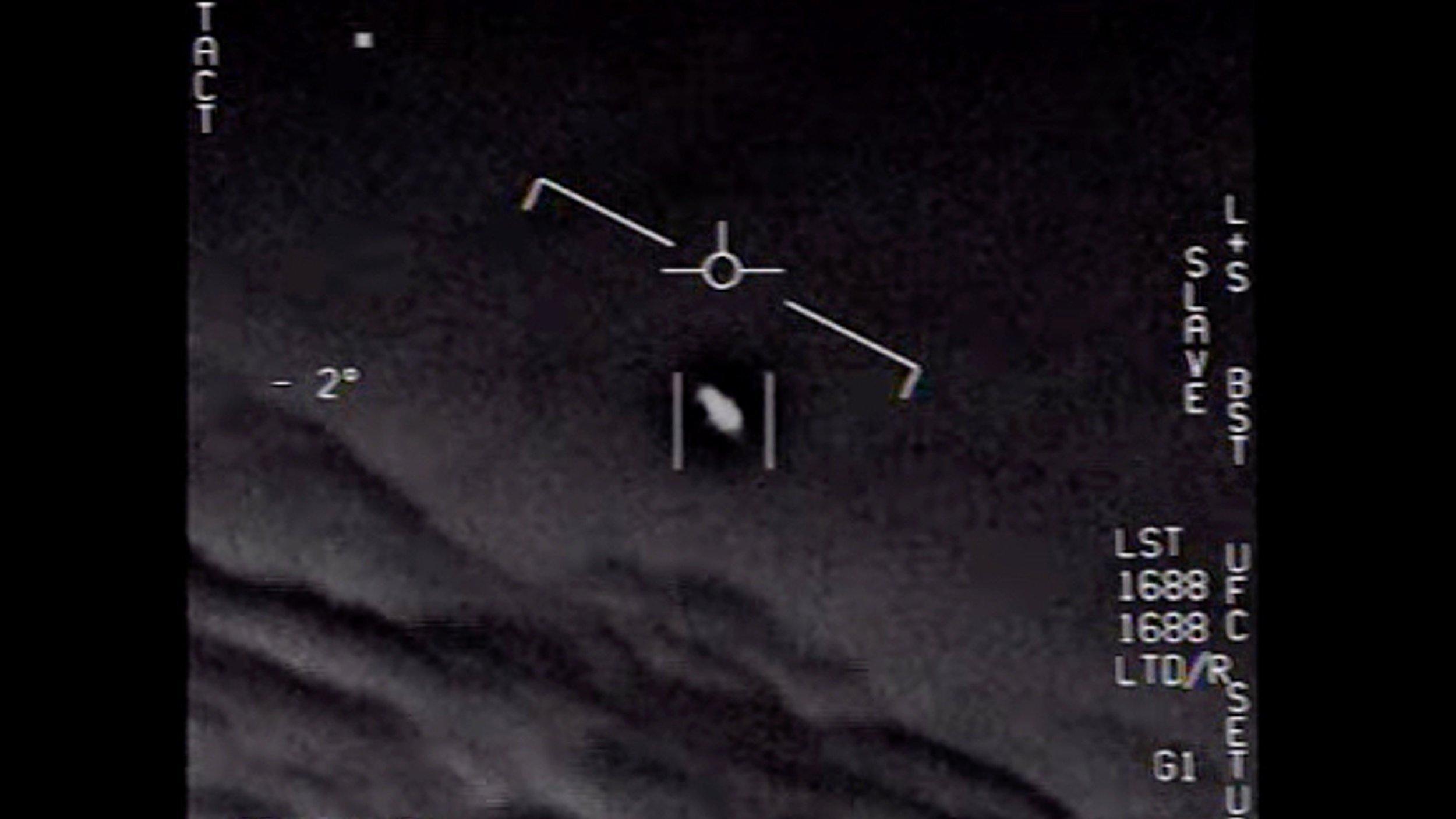 Foto aus einem Video des US-Militärs, das aus dem Cockpit eines Kampfpiloten stammt. Im Visier ein kleiner schwarzer Fleck, der sich mit großer Geschwindigkeit bewegte.