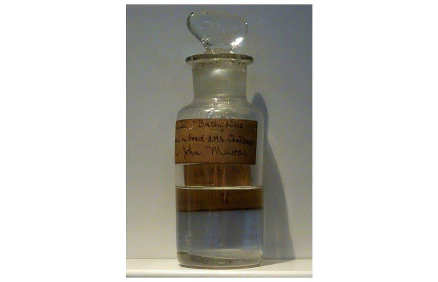 Alte Meeresprobe in Glasflasche, die Urschleim widerlegte