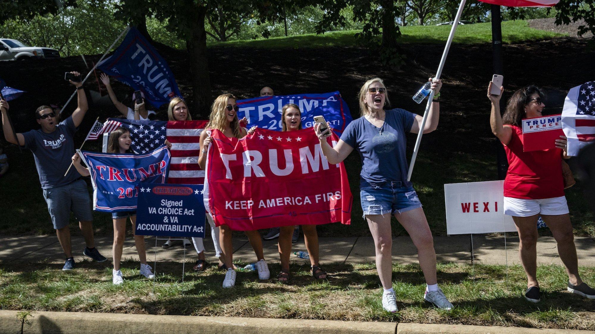 Das Foto zeigt eine Gruppe von Unterstützerinnen von US-Präsident Donald Trump am 30. August 2020in Sterling, Virginia. Es sind hauptsächlich junge Frauen und Teenagerinnen, die Fahnen und Transparente in Händen halten.