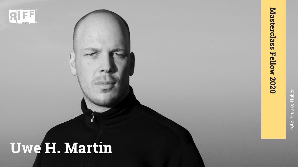 """Ein Mann schaut in die Kamera. Das Bild ist schwarz-weiß. Neben ihm ist der Name Uwe H. Martin zu sehen. An der rechten Seite befindet sich ein Banner mit der Aufschrift """"Masterclass 2020""""."""