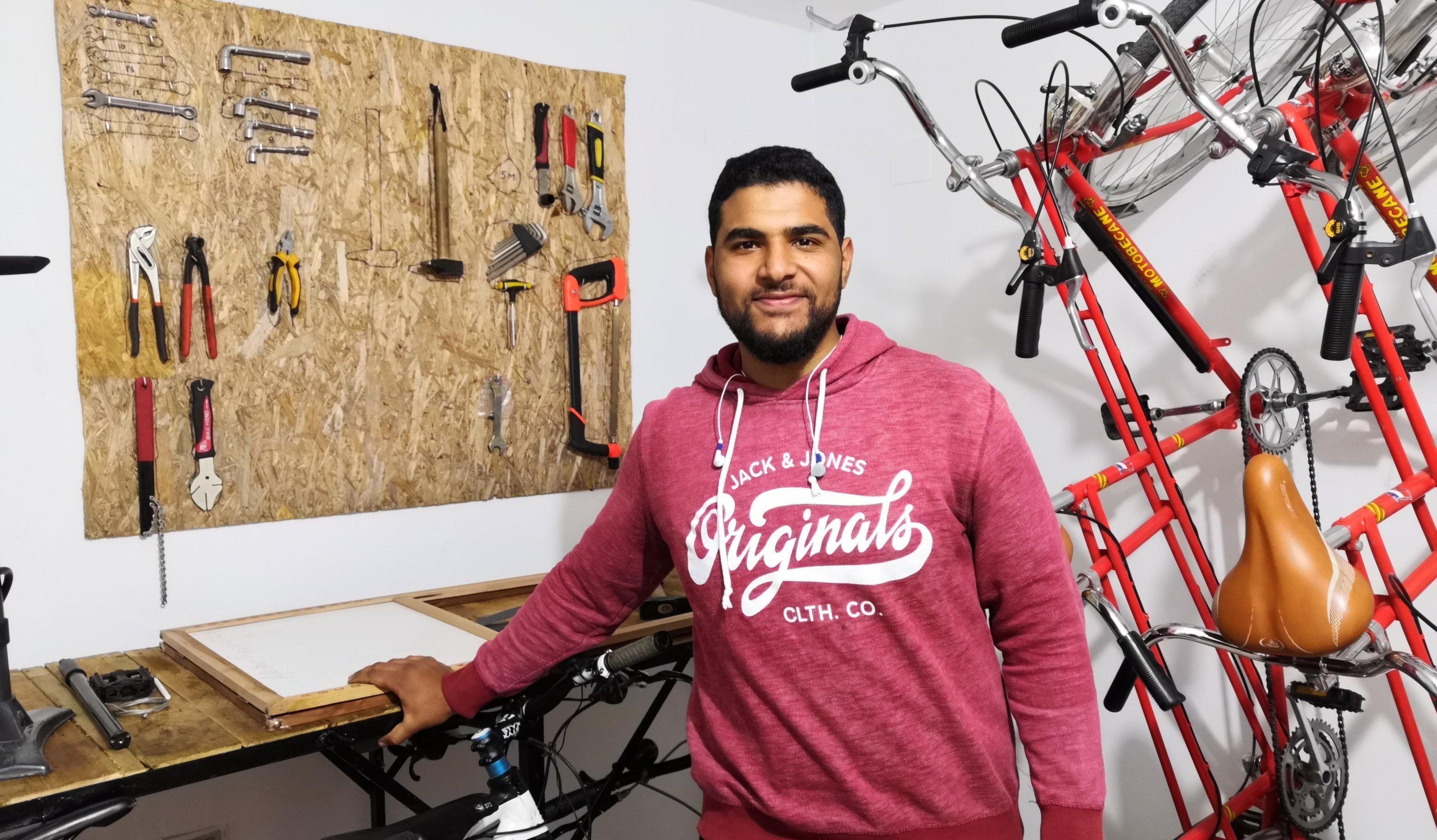 Oussama Tangara in der Fahrradwerkstatt des Vereins Vélorution in Tunis, Tunesien.
