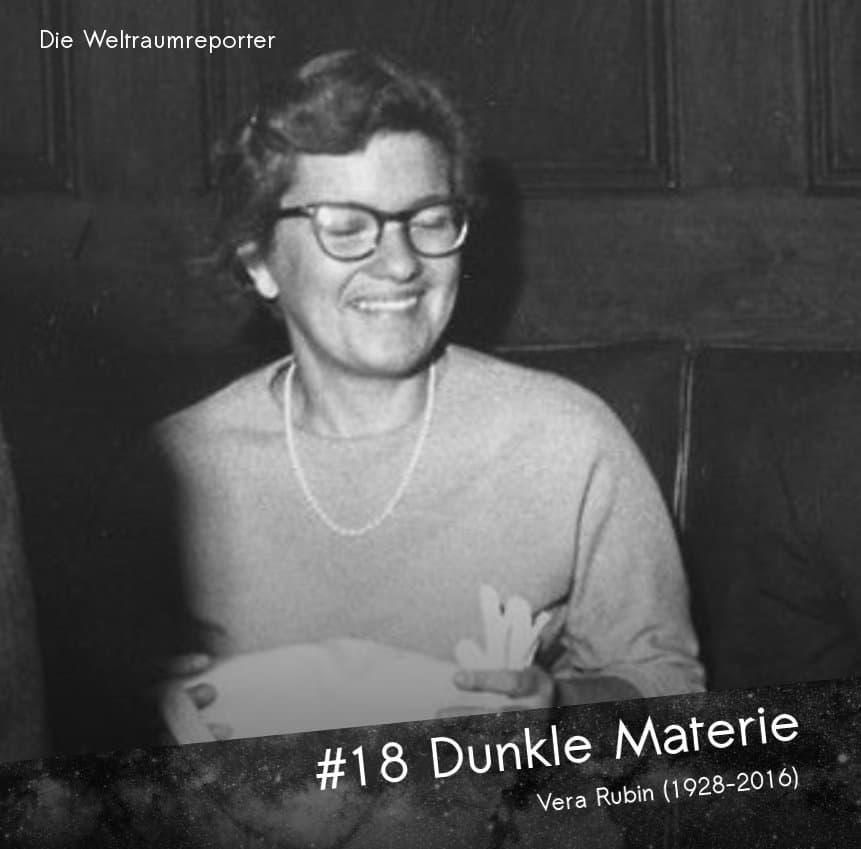 Eine Frau sitzt lachend (mit gerade geschlossenen Augen), auf dem Schoß eine Handtasche: Vera Rubin bekannt für das Postulat Dunkler Materie
