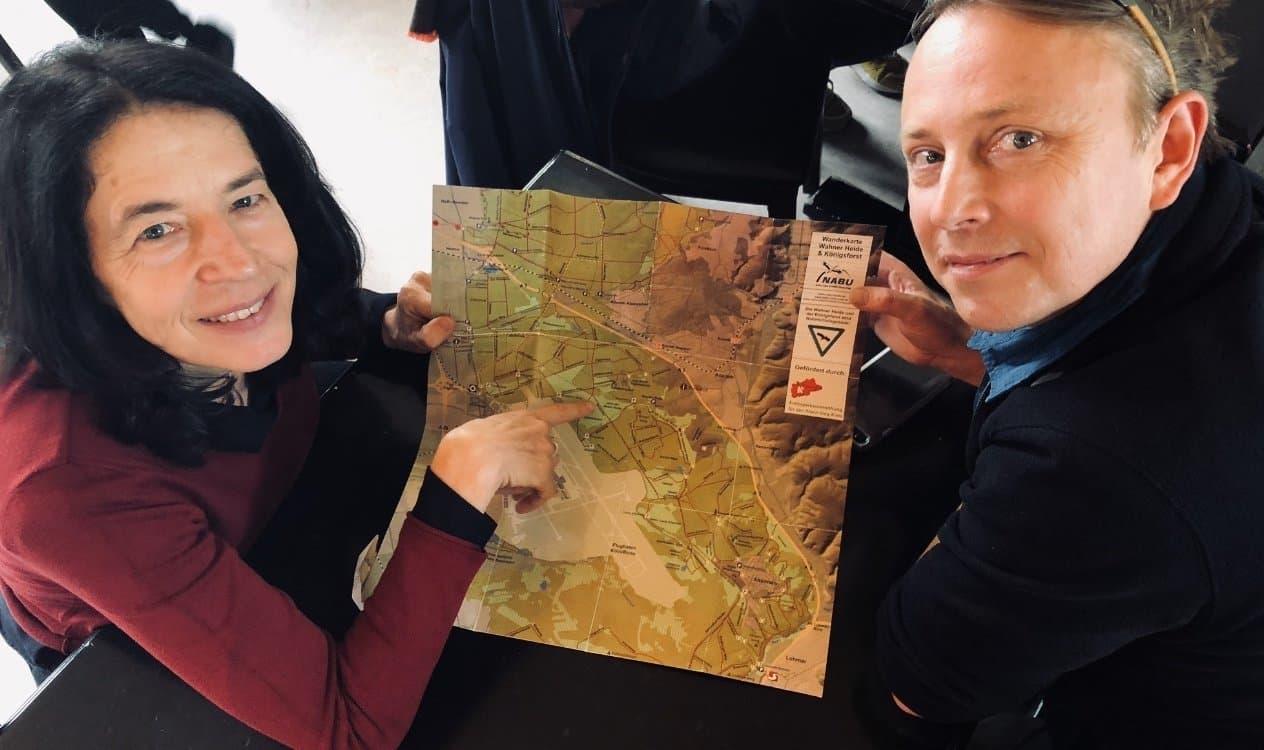 Die Wissenschaftsjournalistin Claudia Ruby und der Vogelkenner Franz Lindinger halten eine Karte.