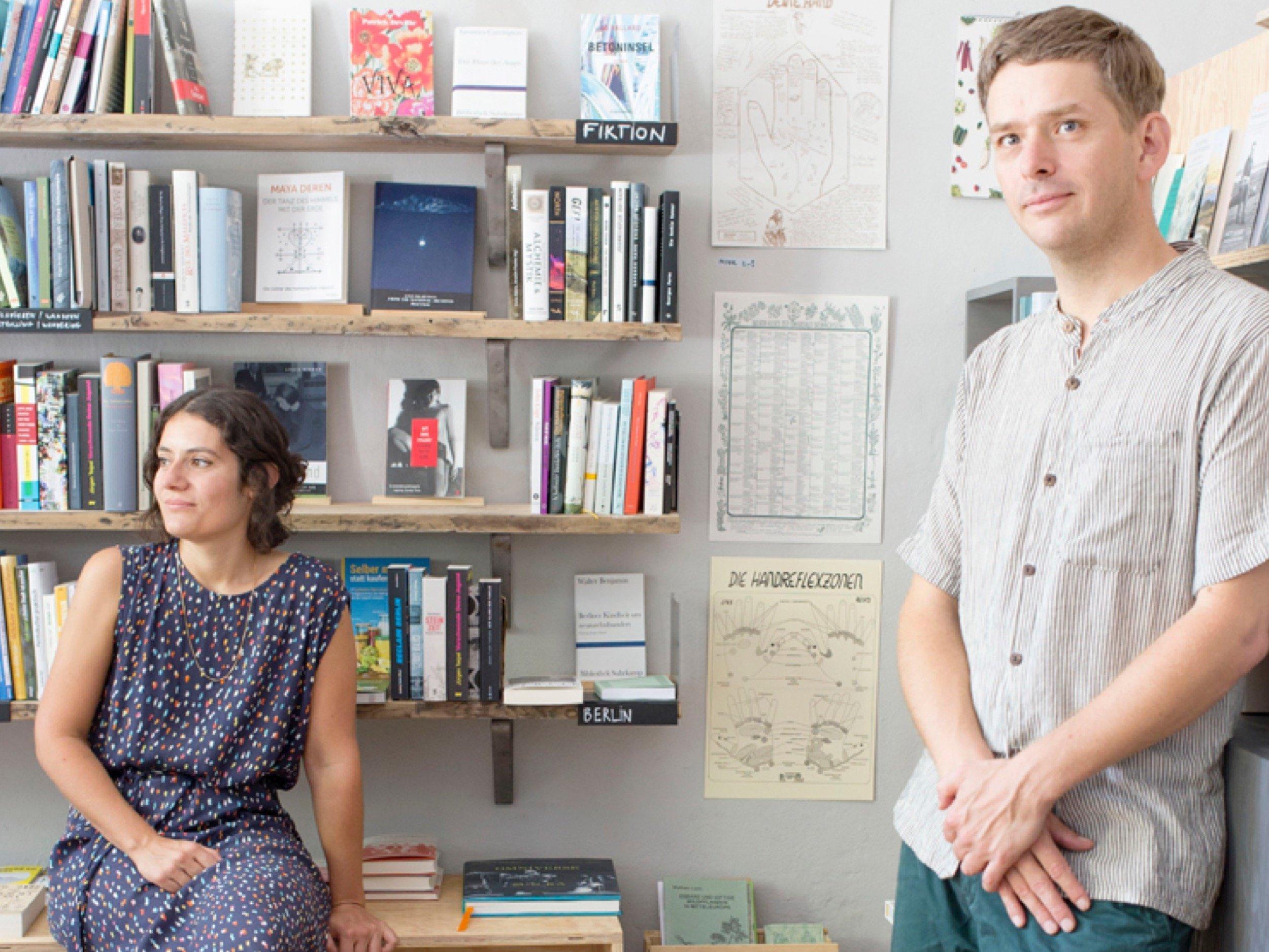 Aufnahme von Lorena Carràs und Jean Dhur in ihrer Buchhandlung.