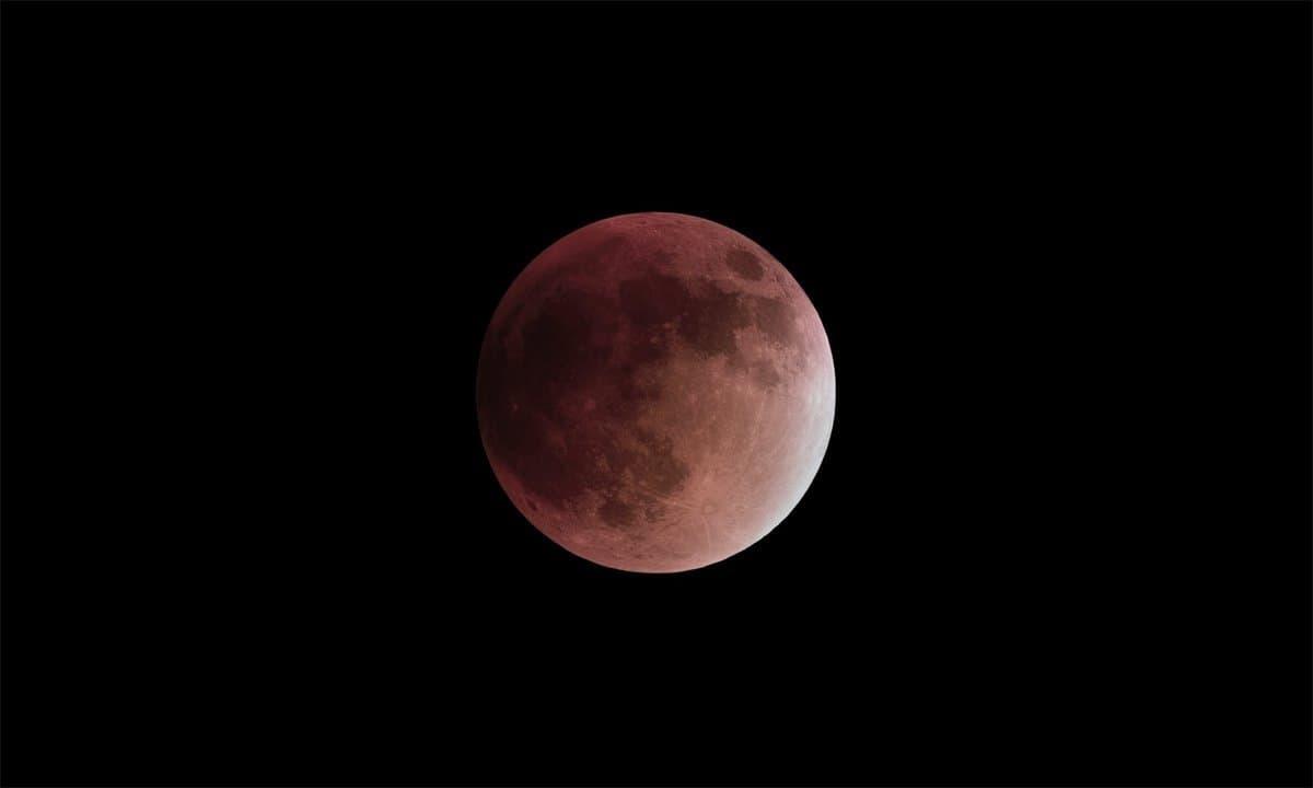 Totale Mondfinsternis am 28. September 2015, Mond im Kernschatten der Erde.