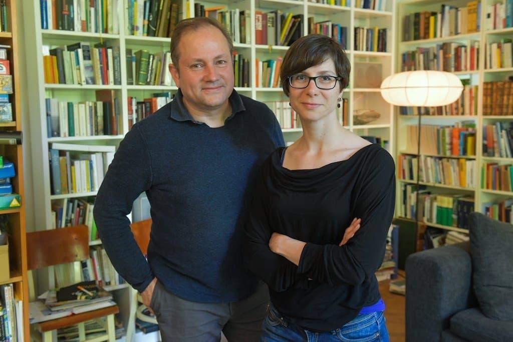 Christian Schwägerl und Tanja Krämer stehen vor einem Bücherregal