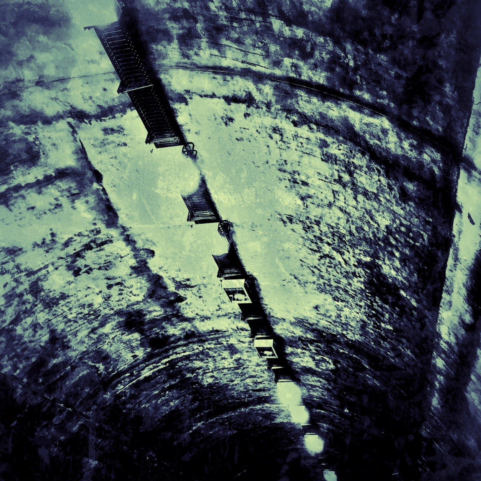 Eine Tunneldecke mit Lampen