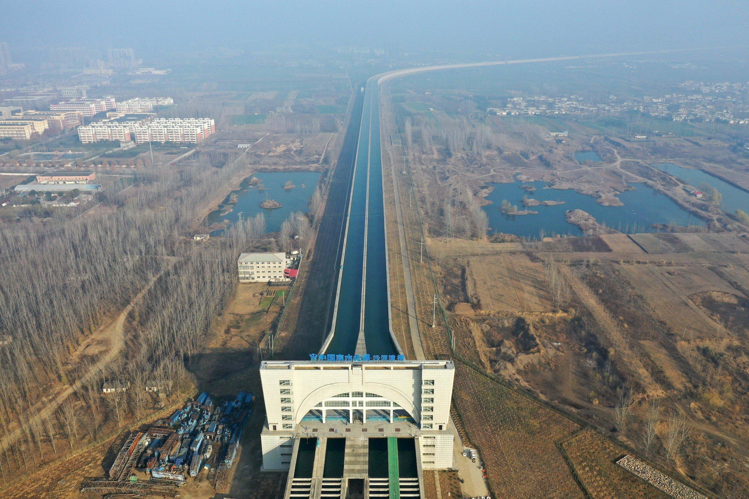 Luftaufnahme eines großen Kanals