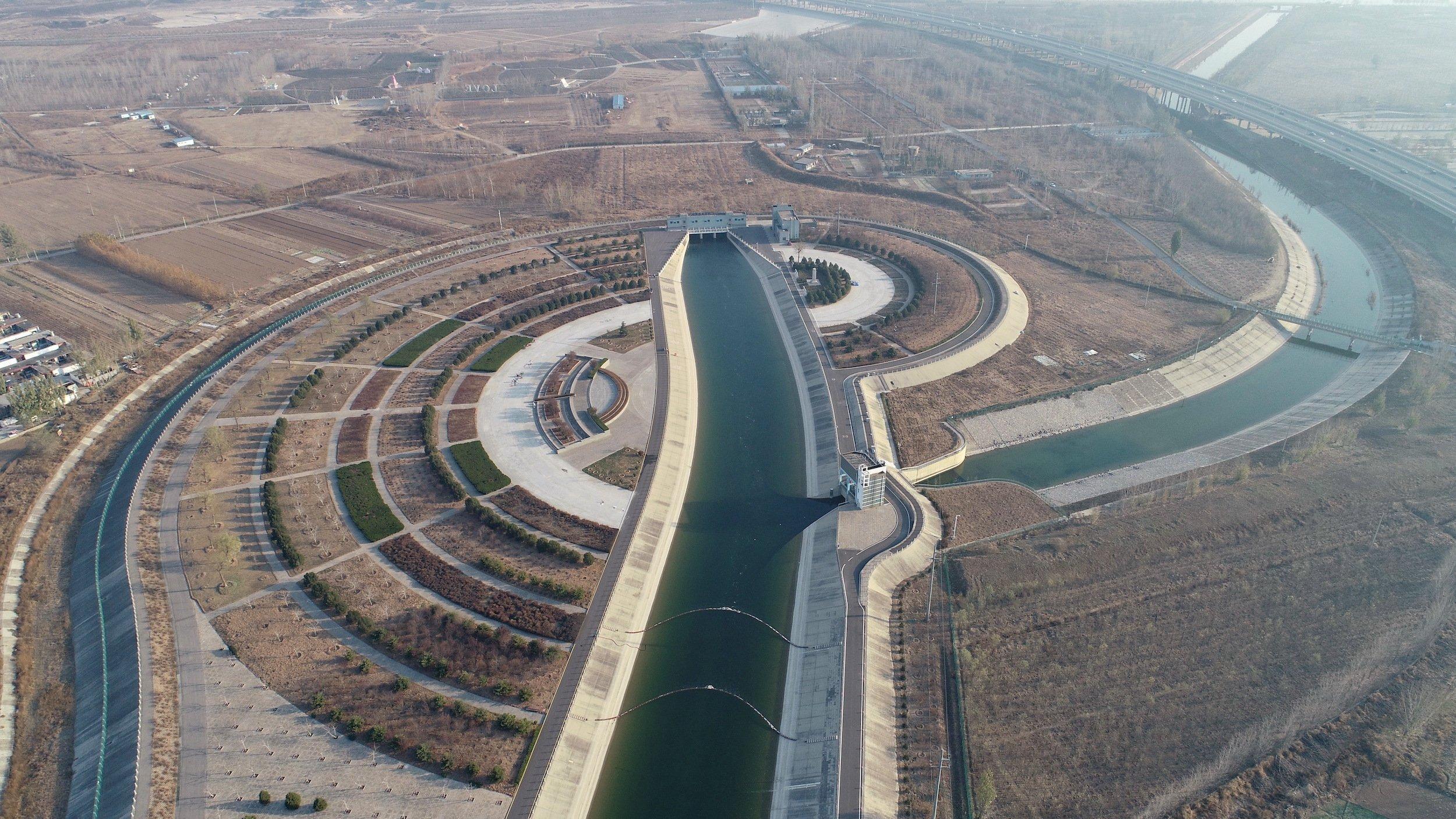Ein Kanal, der in einem Hügel verschwindet.