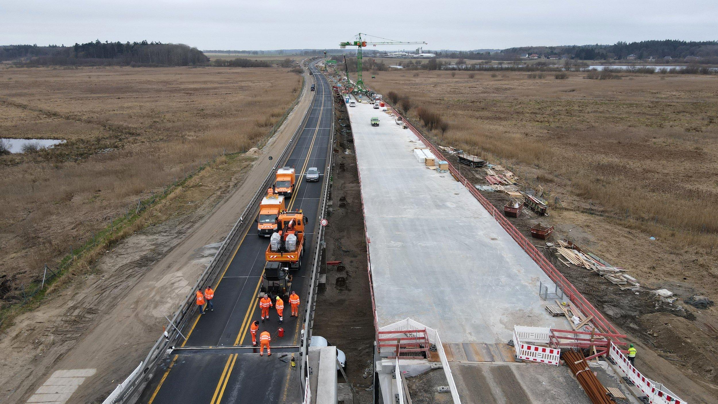 Autobahnbaustelle: Die Trasse verläuft mitten durchs Moor.