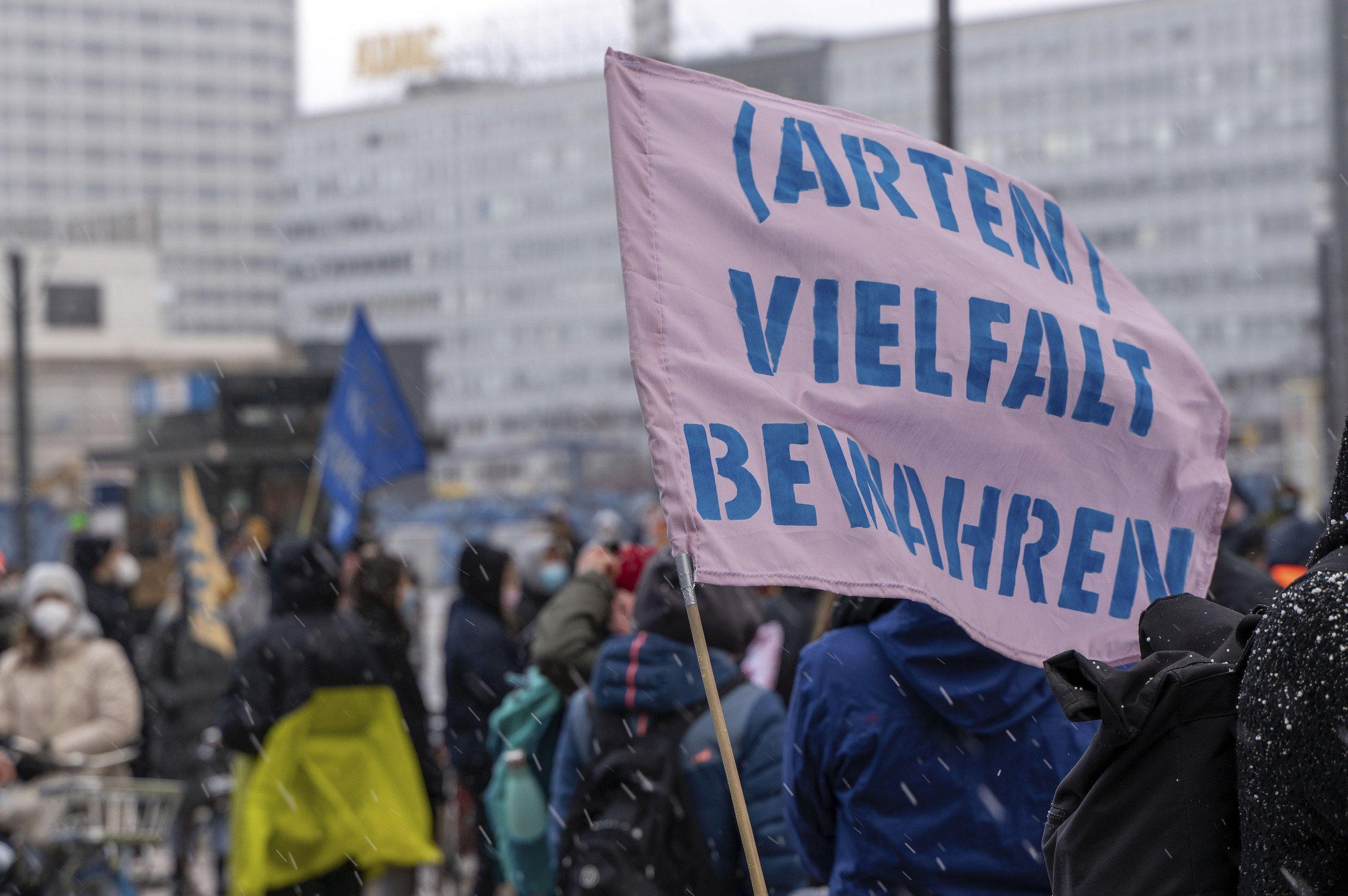Auf der Fahne von Fridays-for-Future-Aktivistïnnen steht: Artenvieltfat bewahren.