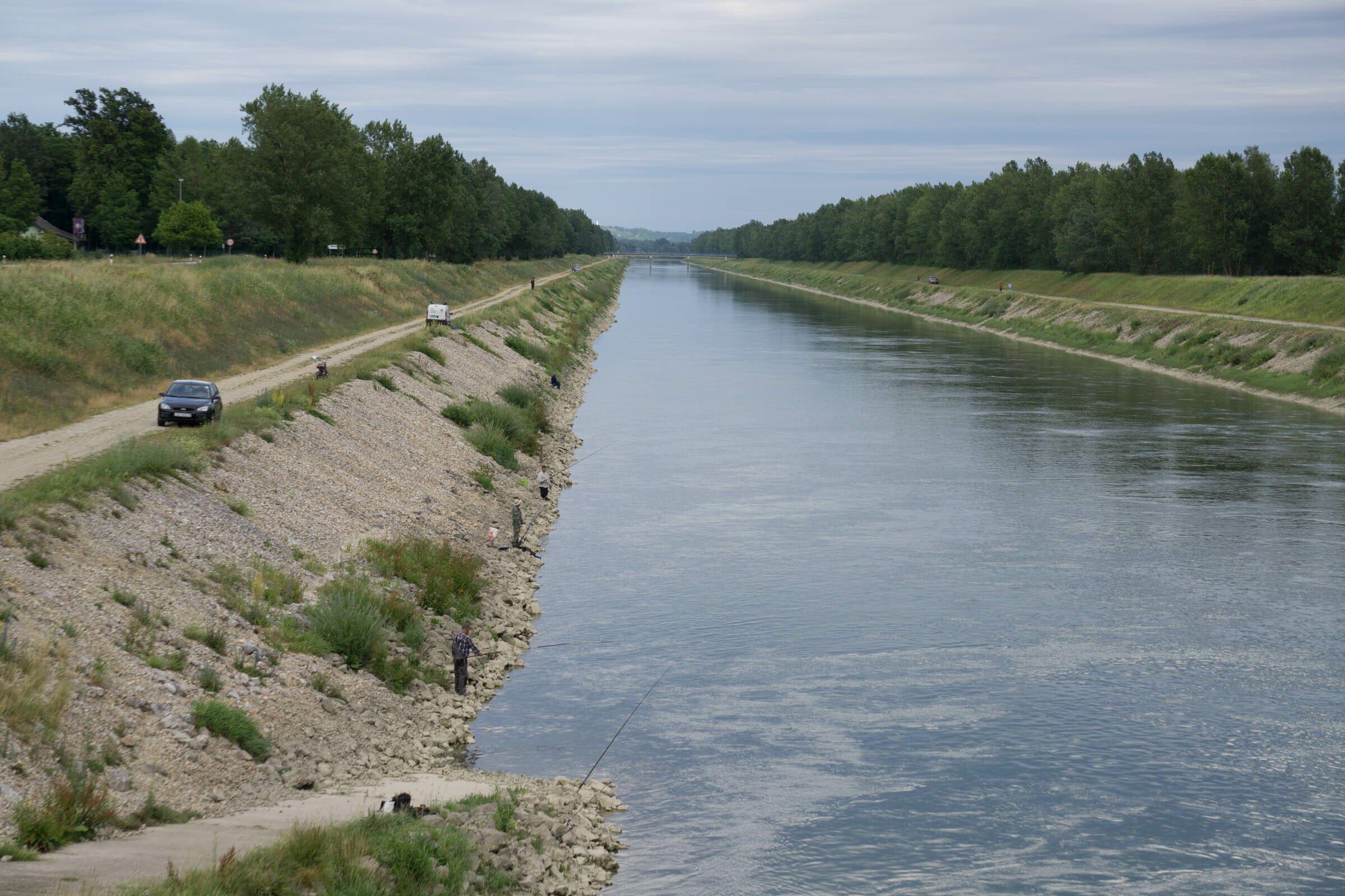 Ein öder Kanal.