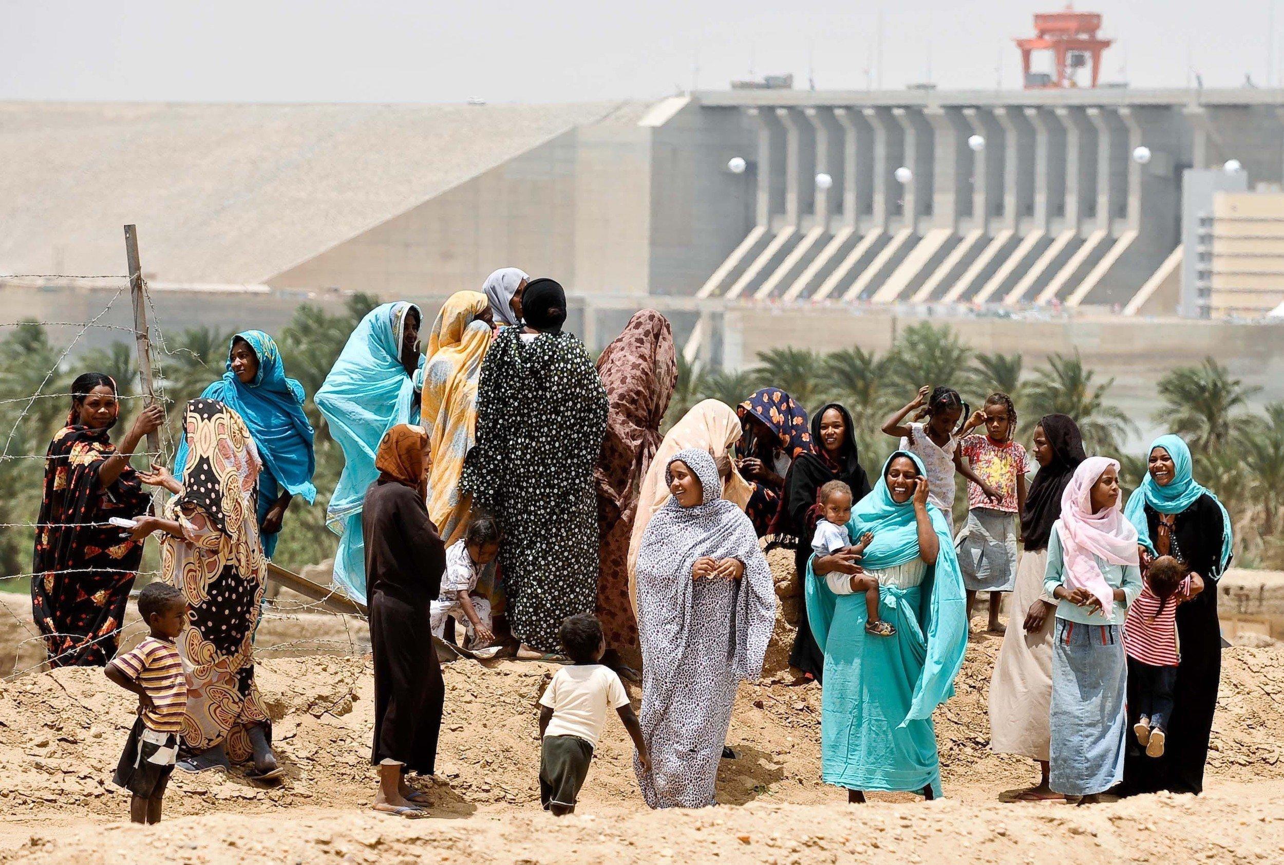 Eine Gruppe von Frauen vor der Kulisse des Merowe-Staudamms.