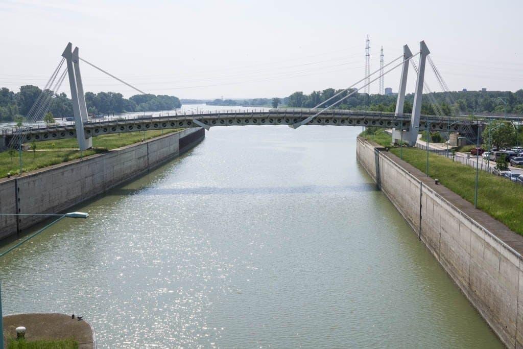 Kraftwerk Freudenau Wien Schleusenkanal mit Brücke