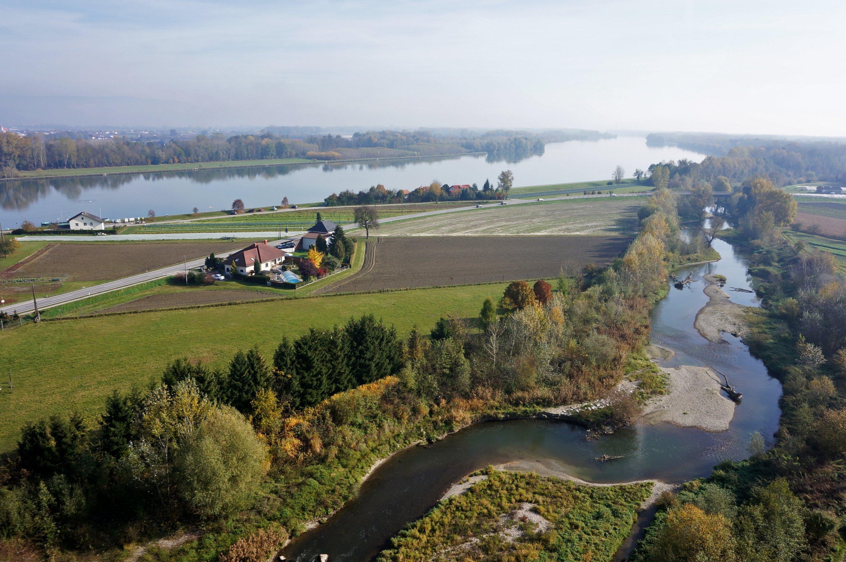 Landschaft, gewundener Flussarm, im Hintergrund Fluss Donau