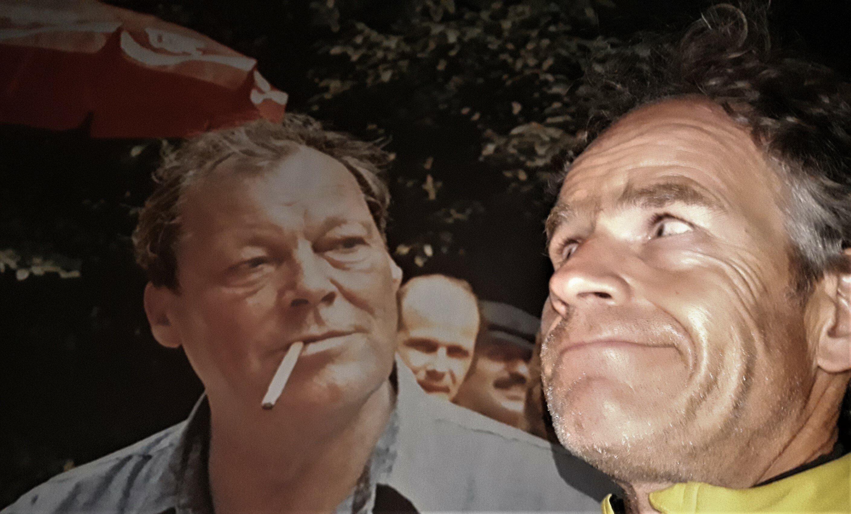 Der 63-jährige Willy Brandt mit Gitarre und Zigarette im Freien; davor der 53-jährige Autor Martin C Roos.