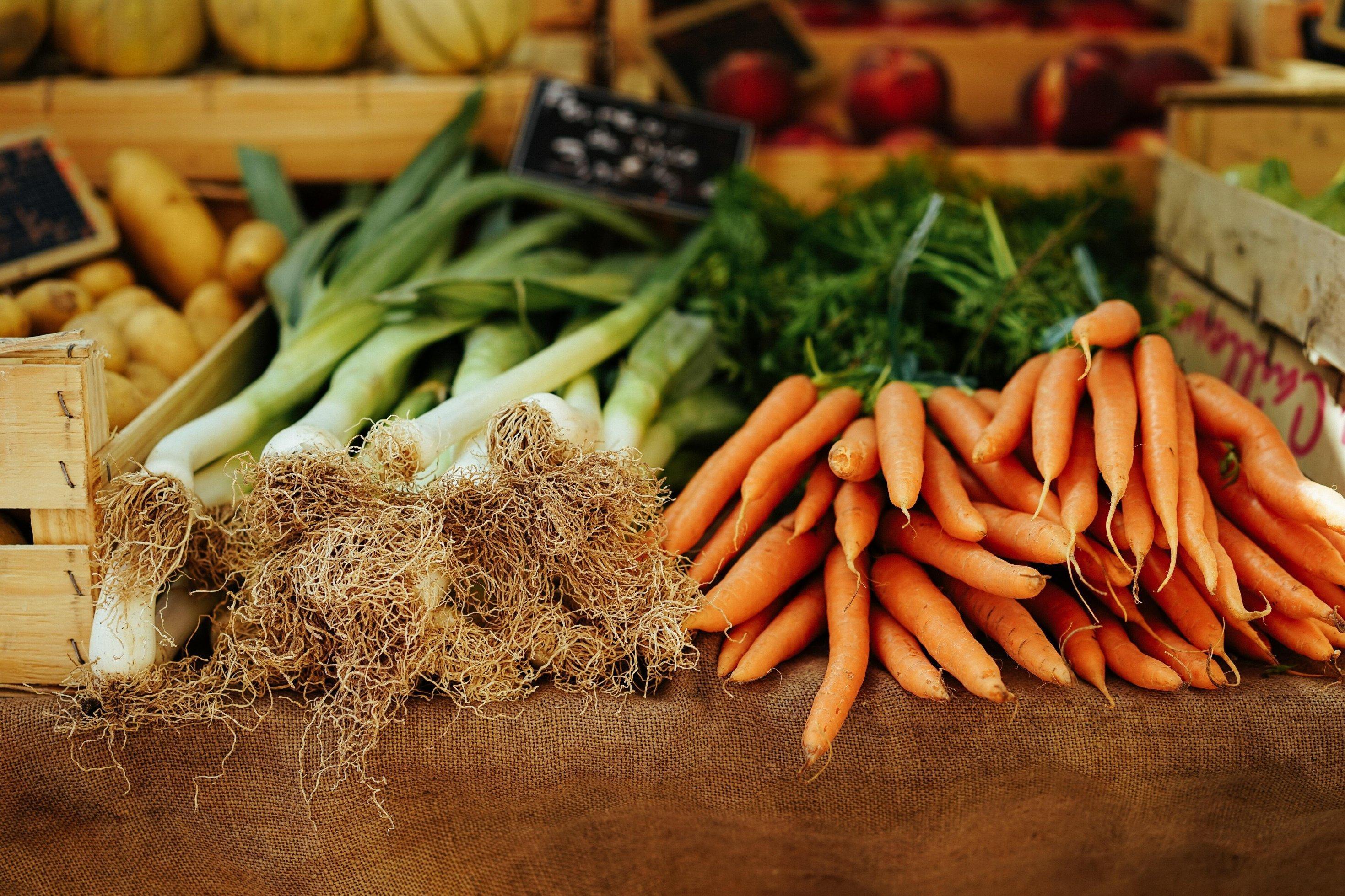 Lauch und Karotten liegen auf einem Wochenmarkt aus. Sogenannte alte Obst- oder Gemüsesorten haben viele gesundheitliche Vorteile verglichen mit konventionellen Züchtungen.