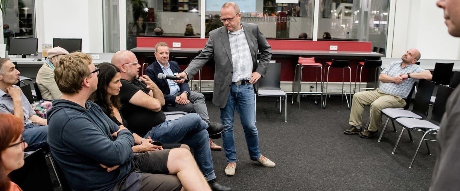 Publikum und Moderator bei der Debatte der Zukunftsreporter in der Bibliothek Düsseldorf