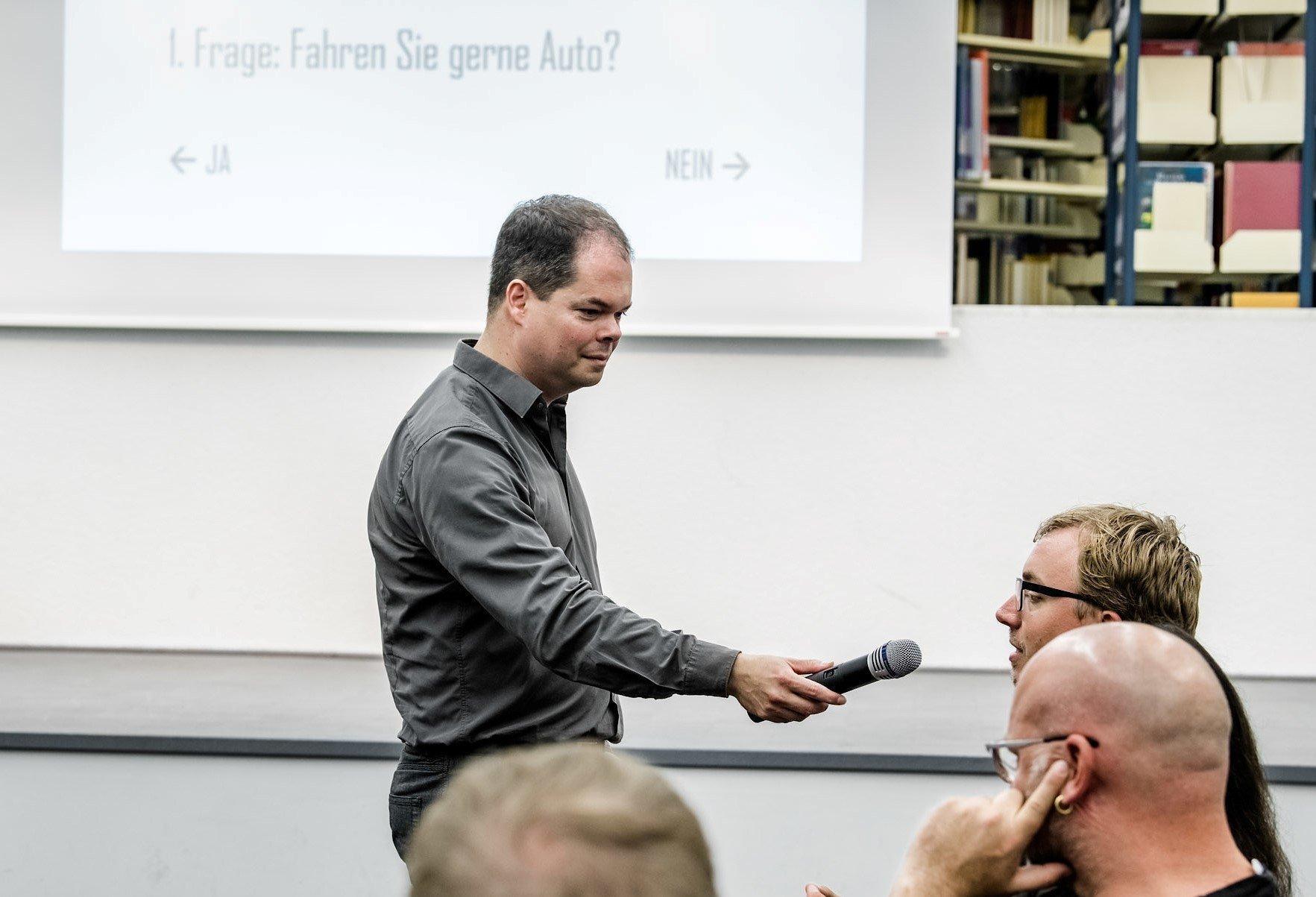 In der Zentralbibliothek Düsseldorf diskutieren Menschen über Mobilität und Verkehrswende.