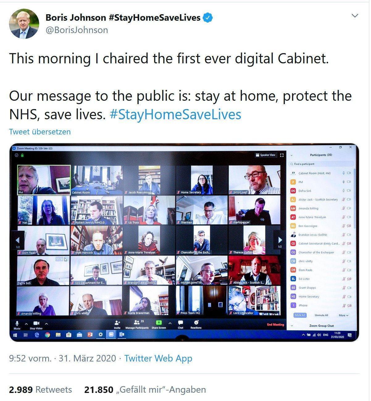 """Screenshot eines Twitter-Posts von Boris Johnson. Text: This morning I chaired the first ever digital Cabinet. Our message to the public is: stay at home, protect the NHS, save lives. #StayHomeSaveLives. Darunter ein Screenshot von seinem Computerbildschirm, auf dem die Mitglieder des britischen Kabinetts im Video-Chat-Tool """"Zoom"""" zu sehen sind."""