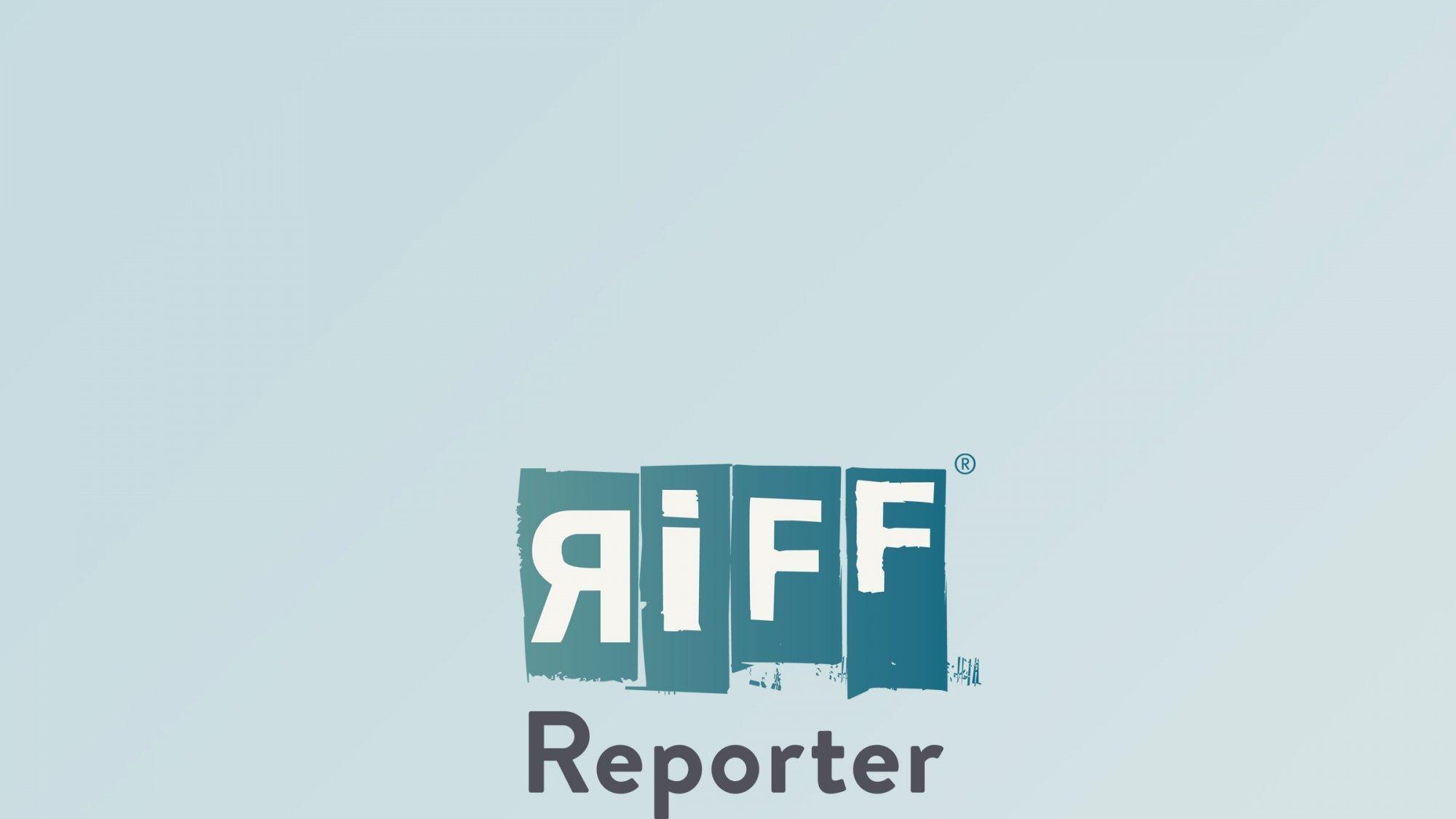 Ein Frau kniet auf dem Boden und untersucht junge Pflanzen, die gezüchtet wurden.