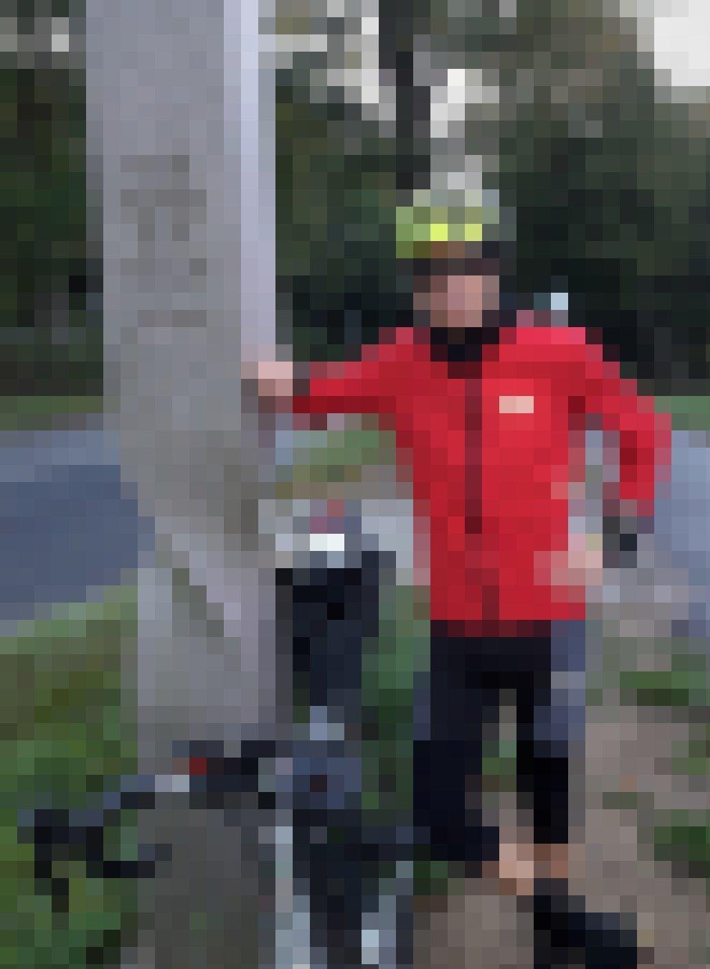 Der RadelndeReporter lehnt am Gedenkstein zum Tag der Deutschen Einheit, der am Ortsrand von Lübeck steht.